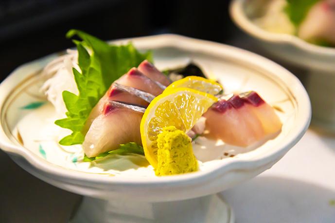 旬の鮮魚をぜひお刺身でお召し上がりください | 三ノ宮高架下市場
