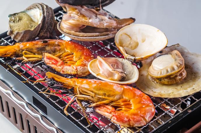 新鮮な魚介類を使った浜焼きも人気!| 三ノ宮産直市場