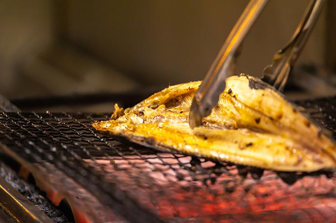 旬の鮮魚をじっくり火入れします | 海鮮居酒屋 上六産直市場