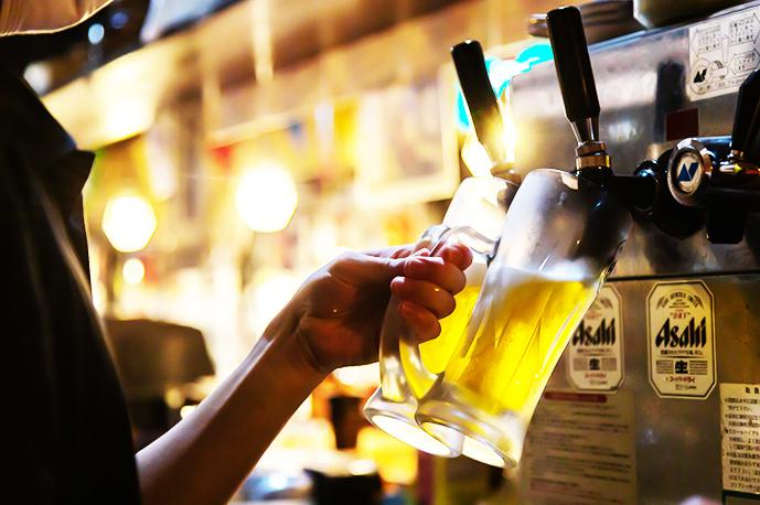 冷えたジョッキに注ぐビールが最高です | 海鮮居酒屋 上六産直市場